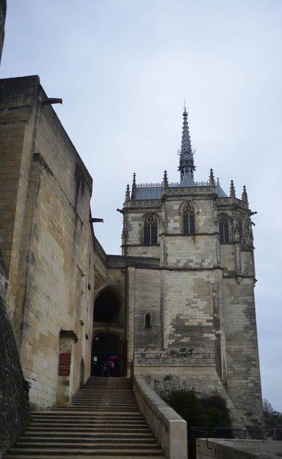 Photo prise du bas des escaliers de l'entrée du château d'Amboise