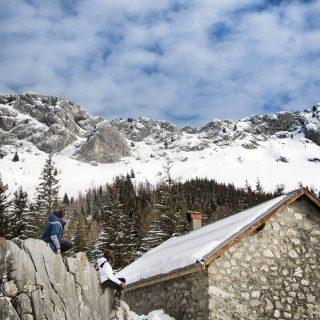 Profiter pendant quelques jours de la beauté du Massif du Vercors. Un temps magnifique pour s'adonner aux joies de la montagne : ski de fond, randonnées, luge ...  . Un petit moment à contempler la montagne depuis le refuge de Roybon avant de s'attaquer à l'ascension jusqu'au Col Vert 🥰 . Vous avez été nombreux à réagir à nos stories ! Pas étonnant tellement les paysages sont sublimes. On vous partage bientôt tous les détails de notre sejour sur un article dédié sur notre blog ! 🙂 si vous voulez y voir figurer des informations particulières n'hésitez pas à nous le dire en commentaire 🙃 . . #vercorsphotos #vercorstourisme #inspirationvercors #cabanederoybon #vercorsisere #isere #iseretourisme #visitisere #igersisere #villarddelans #villarddelans_correncon #alpesfrancaises #francemontagnes  #grenoble #lansenvercors #colvert #montagnes #auvergnerhonealpes #auvergnerhonealpestourisme #alpesdunord #mountainlife #refuge