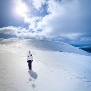 Ce week end, c'était les premiers jours du printemps ! Bon, pour le lancement de cette nouvelle saison, c'est un peu loupé 😅 retour de la neige jusqu'en plaine ! Du coup, on a chaussé nos superbes raquettes @evvo.snow et nous sommes partis sur les hauteurs du Sancy ! Grandes étendues blanches à perte de vue 🥰  . .et chez vous ?? Comment furent ces premiers jours du printemps ? 😀 . . #auvergnerhonealpestourisme #myauvergne #hiver #montagne  #rossignol #massifcentral #clermontferrand #igersclermontferrand #auvergne #auvergnevolcans #auvergnetourisme #france #francemontagnes #france_focus_on #france4dreams #sancy #massifdusancy #jpeuxpasjairando #jpeuxpasjaimontagne #myauvergnerhonealpes #bordeaux #montpellier #lyon #toulouse #grenoble