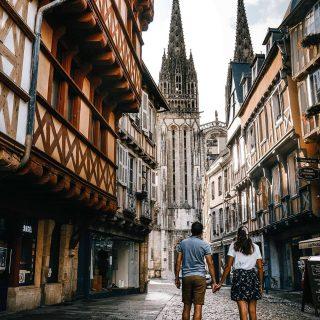📍Quimper 🇨🇵 . Déambulation urbaine dans les jolies ruelles du centre ancien de la ville de Quimper 🥰 lors de notre road trip en Bretagne l'été dernier, nous sommes passés par Quimper. On ne s'attendait pas à decouvir une ville avec autant de charme. Ses maisons à colombages, ses ruelles pavés et sa jolie cathédrale nous ont particulièrement séduits 😀. . Vous connaissez Quimper ? Le charme fou de son centre historique vous donnera sûrement envie de partir la découvrir 😀 . . . #quimper #quimpermaville #finistere #finisteretourisme #bretagne #bretagnetourisme #bretagne_focus_on #france_focus_on #bzh #igersbretagne #igersfinistere #concarneau #breizh #jaimelabretagne #francetourisme #france #france4dreams #patrimoine #brest #lorient #vannes #rennes #instabreizh #discoverearth #madeinfrance