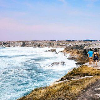 📍Côte sauvage- Quiberon. . Contraste entre la douceur du ciel et le déchaînement de la mer, en cette fin d'après-midi d'été sur l'île de Quiberon. . La cote sauvage est tout simplement magnifique à parcourir à pied ou à vélo. Des ambiances sauvages, une nature préservée et un océan qui arrive contre la presqu'île avec rage. . Un vrai spectacle visuel et sonore 🥰 . . Vous connaissez des endroits où ce contraste vous marqué ? Dernière journée de la semaine alors belle journée à tous !  Quoi de prévu pour ce week end ?  . . . #breizh #bretagne_focus_on #quiberon #quiberontourisme #bretagnetourisme #bretagne #destinationbretagne #jaimelabretagne #morbihan #morbihantourisme #igersmorbihan #igersbretagne #madeinbzh #bzh #carnac #cotesauvage #lorient #rennes #quimper #saintpierrequiberon #brest #ocean #sunset