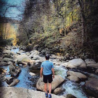 📍Entre le Cantal et le Puy de Dôme coule cette jolie rivière : La Tarentaine. Elle prend sa source dans le Massif du Sancy, à 1785m, sur les pentes du Puy Ferrand puis traverse le plateau de l'Artense pour rejoindre la Rhue puis la Dordogne.💧 . On retrouve par endroit des coins enchanteurs avec de grosses pierres que l'eau avec le temps à façonner, en formant des marmites, des trous dans les rochers... un endroit sublime pour tous les amoureux de la nature et des activités liées. . . Et vous? Quels sont les ruisseaux, rivières que vous aimez ? Faites nous découvrir 😀 . . . #cantal #puydedome #auvergnedamour #auvergnevolcansancy #sumeneartense #auvergnerhonealpes #auvergne #outtrip #jpeuxpasjairando #tarentaine #patrimoine #dordogne #massifdusancy #sancy #puyferrand #salomon #decathlon #intersportfrance #nature #cascade #naturelovers #outdoor #wild #artense #puydedometourisme #gitesdefrance #leroutard