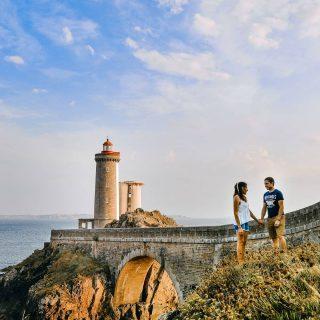 📍Phare du Petit Minou | Bretagne 🇨🇵 . Instant magique de fin de journée sur la côte bretone avec la lumière dorée qui s'engouffre sous l'arche du pont d'accès au phare du Petit Minou 🥰 . . Avec cette fin de la limitation des 10km (ouf!😭) on va pouvoir reprofiter de faire de nouvelles découvertes et de partager avec vous tout ca 😀 plein de nouveaux voyages arrivent ! . Et vous ?? Vous avez reprogrammé des choses ? 🙃🙂 . . . #breizh #bretagne #finistere #finisteretourisme #bretagnetourisme #pharedupetitminou #petitminou #destinationbretagne #bretagne_focus_on #bzh #igersfrance #france #france_focus_on #phare #igersbretagne #madeinbzh #myfinistere #francepatrimoine #breizh_vibes #jpeuxpasjairando #rossignolapparel #brest #brestbretagne #brestlife #leconquet