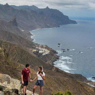 🇮🇨 Un peu d'exotisme avec une superbe randonnée à Tenerife dans le Parc rural de l'Anaga. Un lieu de contraste entre montagne et mer.🥰 Depuis Benijo et sa plage de sable noir on monte à pic pour avoir une vue magnifique sur la terre qui se jette dans la mer. L'Anaga nous a bluffé par le contraste de son climat, de ses paysages, de sa flore. On passe d'un climat frais et humide à un climat sec et chaud au bord de l'eau !  . 🚨 On vous propose un format pile ou face aujourd'hui on arrivait pas à se décider 🤣 et au final on trouve ce carrousel plutôt sympa ! Dites nous ce que vous en pensez 😘 . . #tenerife #anaga #tenerifephoto #tenerifeisland #canariesislands #canaries #espana #espagne #montagnesurmer #benijo #eldraguillo #ilescanaries #espagnetourisme #igersespaña #montagne #trekking #travelcouple #blogvoyage #exploretheworld #discovertheworld #explore #travel